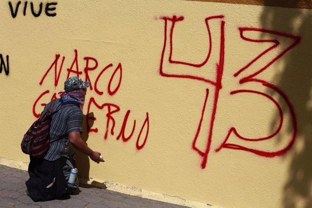 Pintada de protesta por la desaparición de 43 'normalistas' en Iguala