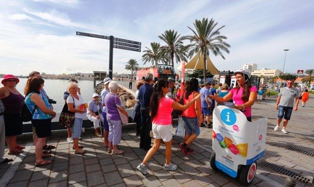 Informando a los turistas de cruceros en el muelle de Las Palmas
