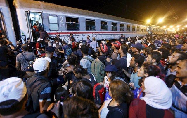 Refugiados suben a un tren en Croacia