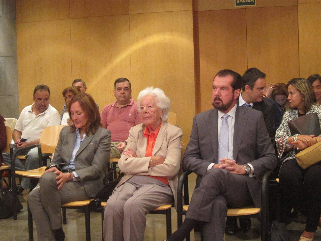 Henar Ortiz, Carmen Álvarez del Valle y Jesús Ortiz en el Juzgado de Oviedo