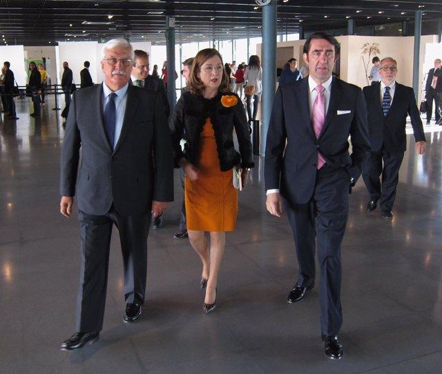 Juan Carlos Suárez-Quiñones, junto a Begoña Nieto y el presidente de Avebiom