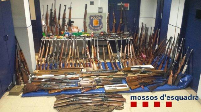Imputan a una mujer por tener 174 armas de fuego ilegales en su casa