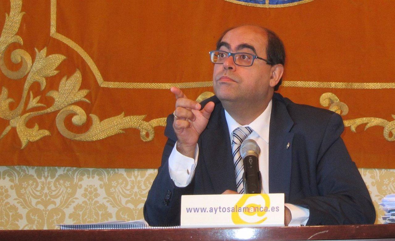 El concejal de Hacienda del Ayuntamiento de Salamana en rueda de prensa
