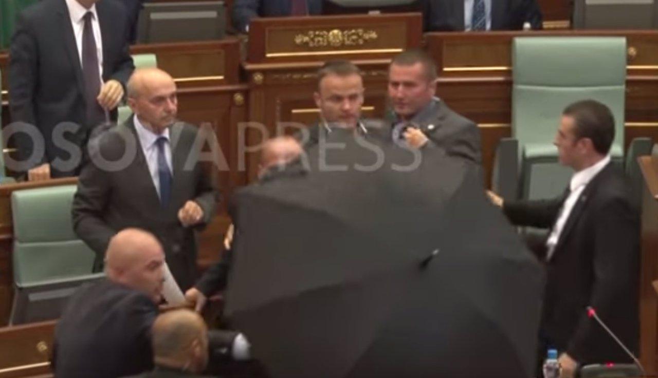 Diputados lanzan huevos al primer ministro de Kosovo