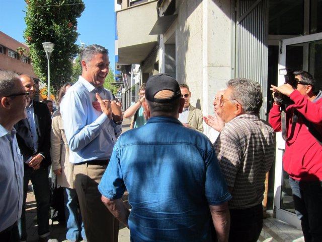 X.G.Albiol hablando con vecinos de Ca n'Anglada