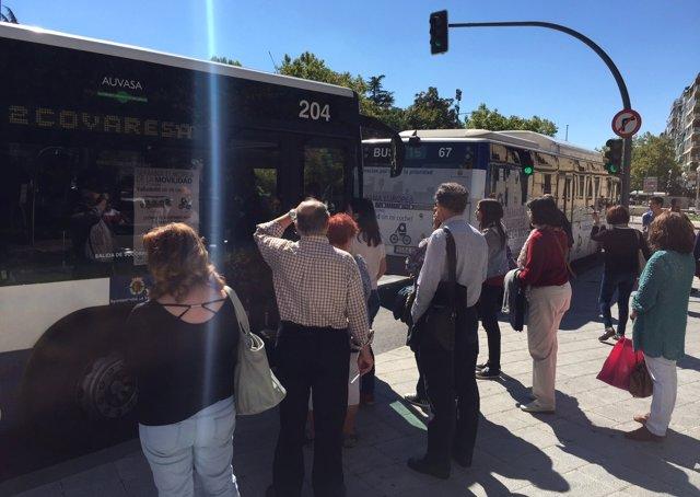 Usuarios del autobús urbano esperan ante un vehículo lleno de pasajeros
