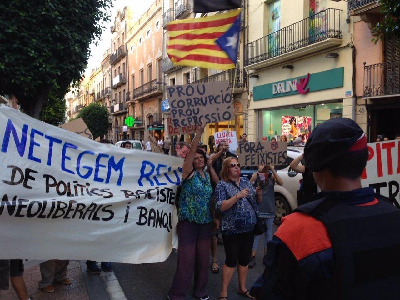 Manifestantes en Reus contra el pte.M.Rajoy y X.G.Albiol (PP)