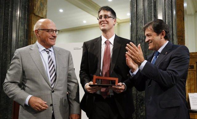 Fernández (derecha) en la entrega del premio a Martínez Albéniz.
