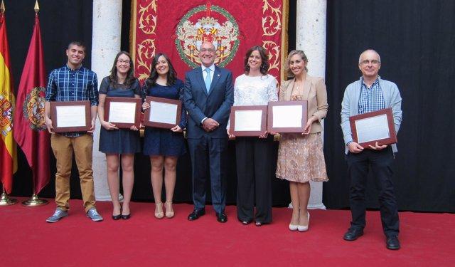 Carnero, en el centro, con los galardonados con los premios de Periodismo