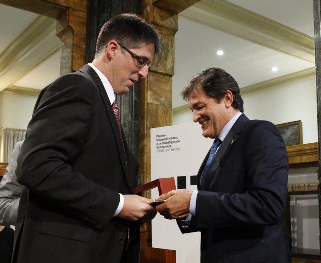 Víctor Martínez recibe el premio del presidente autonómico, Javier Fernández.