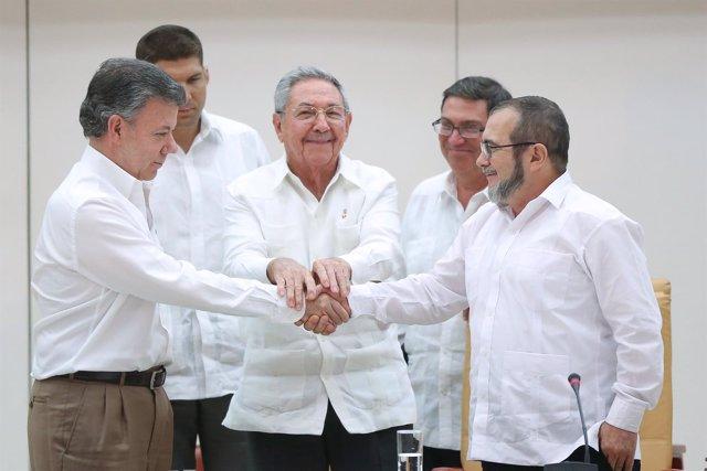 Cuba's President Raul Castro (C) stands as Colombia's President Juan Manuel Sant