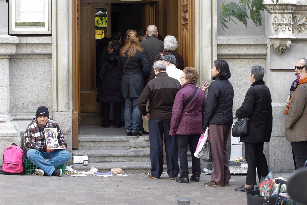 Pobreza, pobre, indigente, mendigo, sin techo, persona pidiendo en la calle