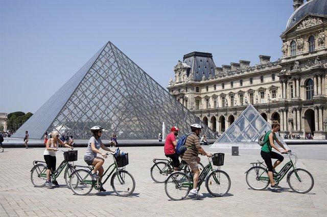 Bicicletas junto al Museo del Louvre, en París