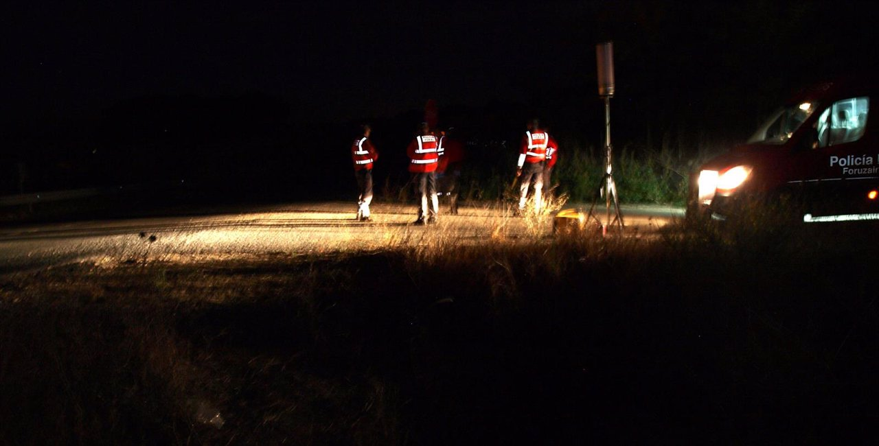 Agentes de la Policía Foral inspeccionan el lugar del accidente