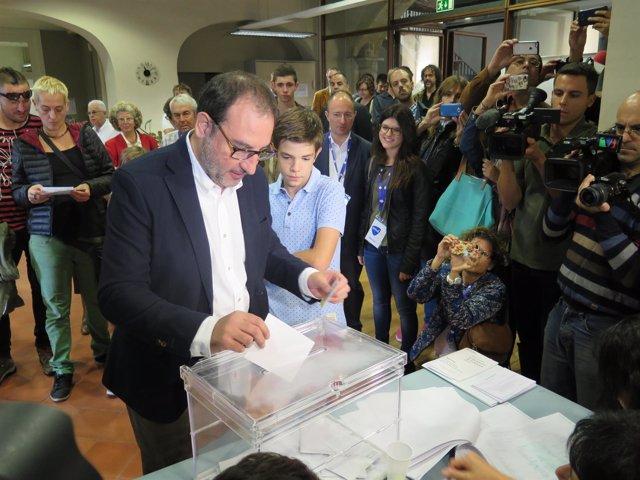 Ramon Espadaler (Unió) vota en Vic