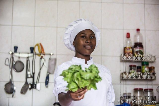 Joven africana beneficiaria del proyecto Chef to Chef de Harambee