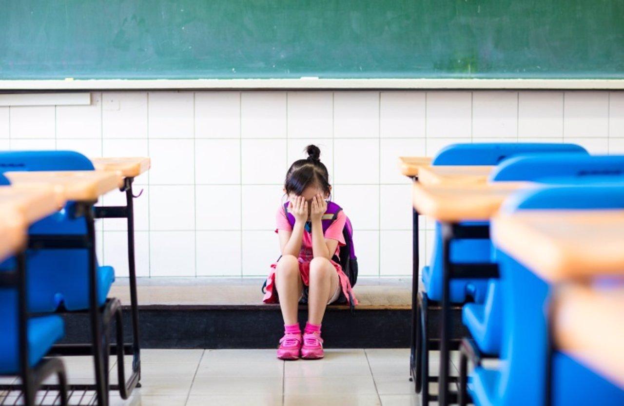 Estrés, niños, niña, colegio, clase, llorar