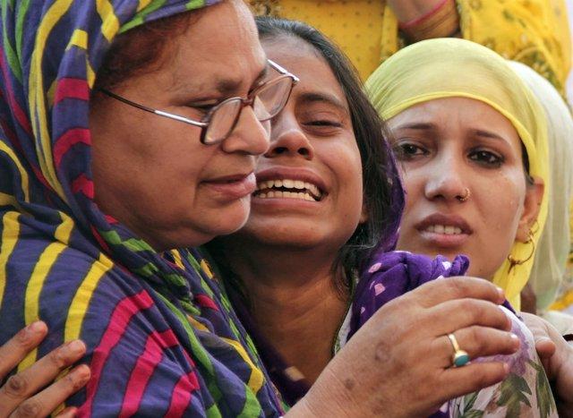 Familiares del musulmán Mohamed Ajlaq, matado en India por sacrificar a una vaca