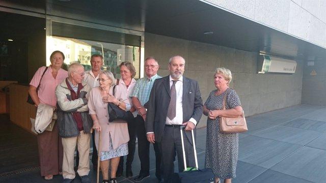 Algunos de los británicos afectados junto a portavoces de AUAN, en los juzgados
