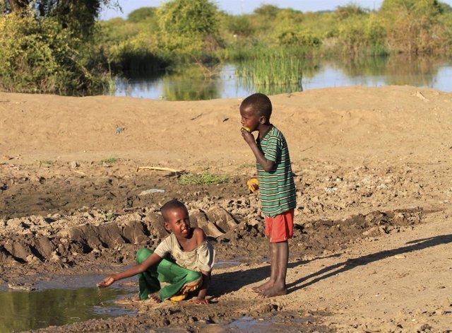 Niños jugando junto al río Shebelle en Jowhar, al norte de Mogadiscio