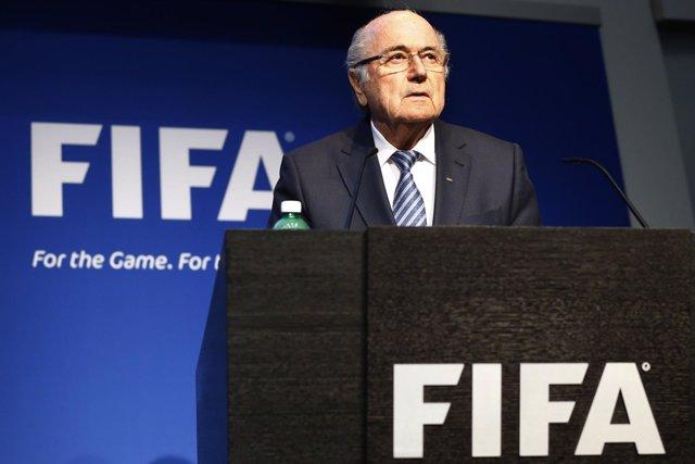 Blatter renuncia como presidente de la FIFA.
