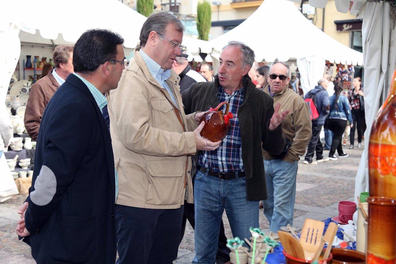 Visita de Silván a la Feria de la Cerámica