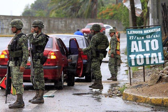 Militares mexicanos en un control de carretera en Acapulco