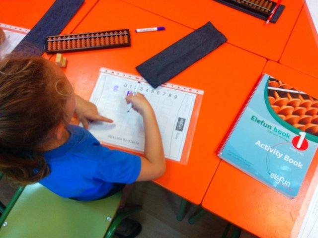 Niña alumna estudiante matemáticas ábaco japonés sorobán método Elefun escolar