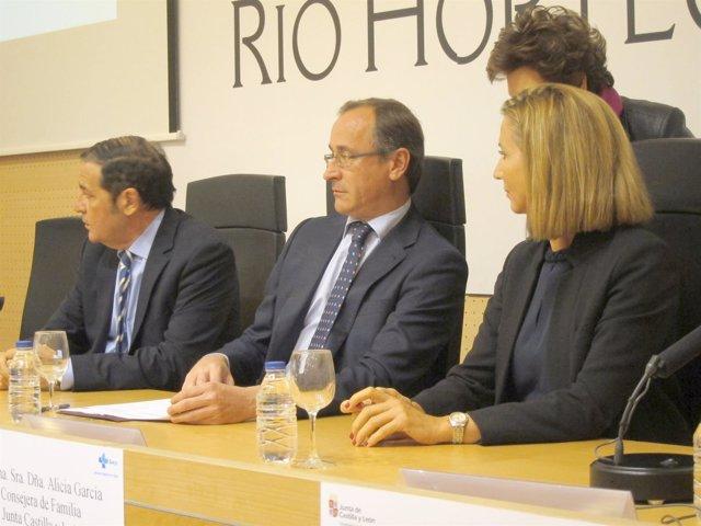 Alonso junto a los consejeros de Sanidad y Familia