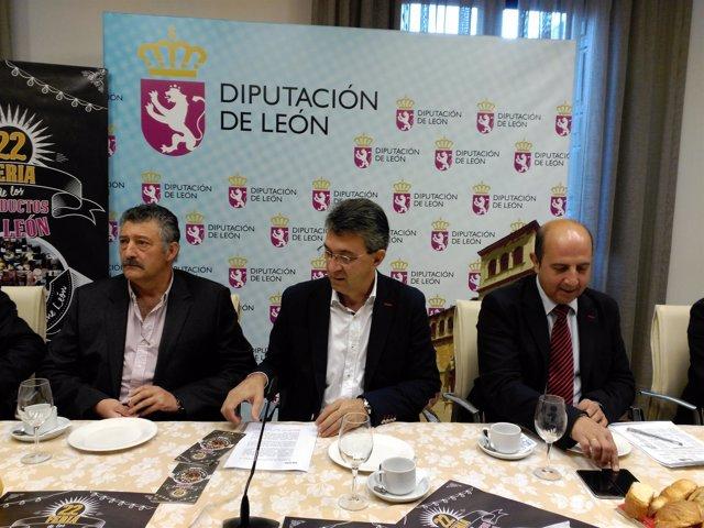 Martínez Majo (centro) acompañado de Ángel Calvo (izq) y Francisco Castañón