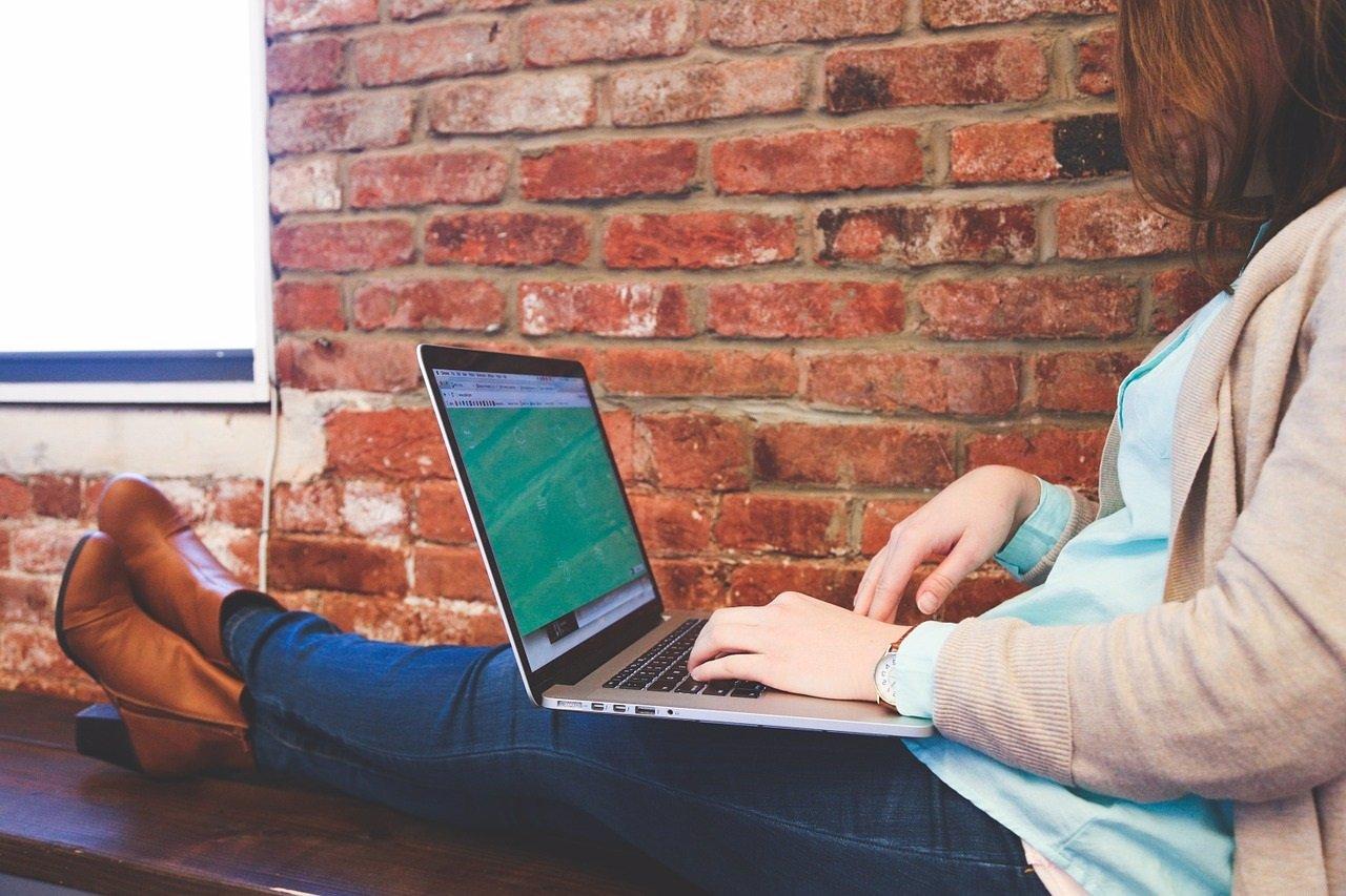 Chica con ordenador, curson online, estudiante, portátil