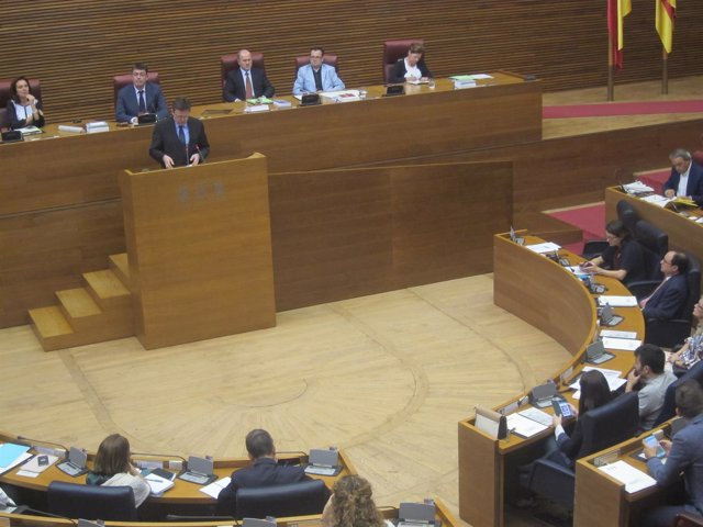 Puig en la tribuna de las Corts en el debate sobre financiación