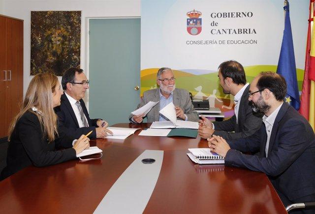 El consejero de Educación, Cultura y Deporte con el alcalde de Torrelaevga