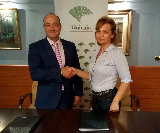 Momento de la firma del convenio entre Unicaja y UPA