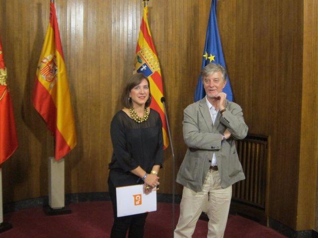 La portavoz de C's Sara Fernández, y el alcalde Pedro Santisteve