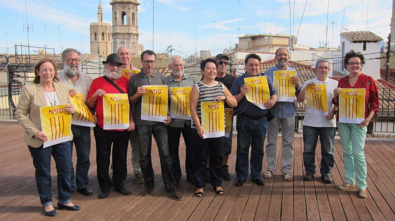 Representantes de la Comisión 9 d'octubre muestran el cartel de la manifestación