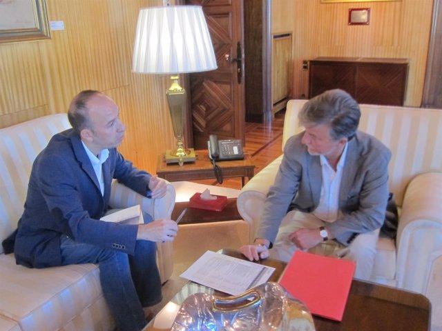 El portavoz de CHA, Carmelo Asensio, y el alcalde, Pedro Santisteve