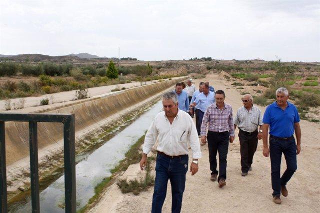 Regantes del Almanzora caminan por el canal vacío del trasvase Tajo-Segura