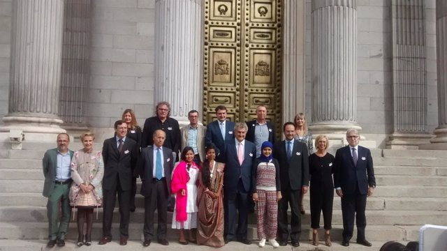 El presidente del Congreso y diputados con miembros de Plan Internacional