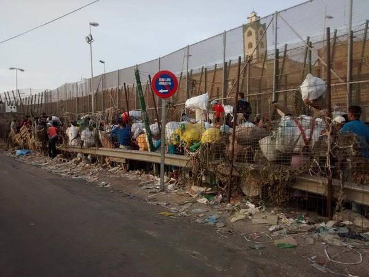 Porteadores en la frontera Barrio Chino de Melilla