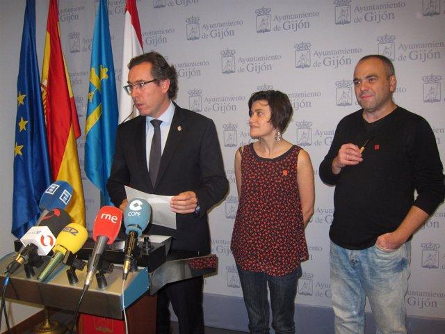 Couto presenta el evento, acompañado de Ugarte y Fernández.