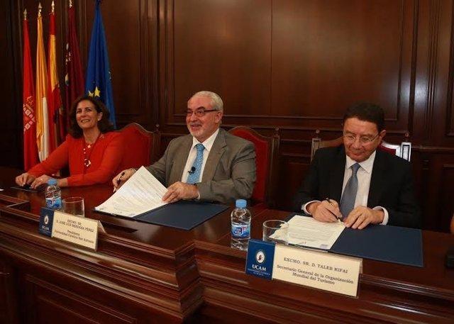 Taleb Rifai y José Luis Mendoza firman el memorando en presencia Borrego