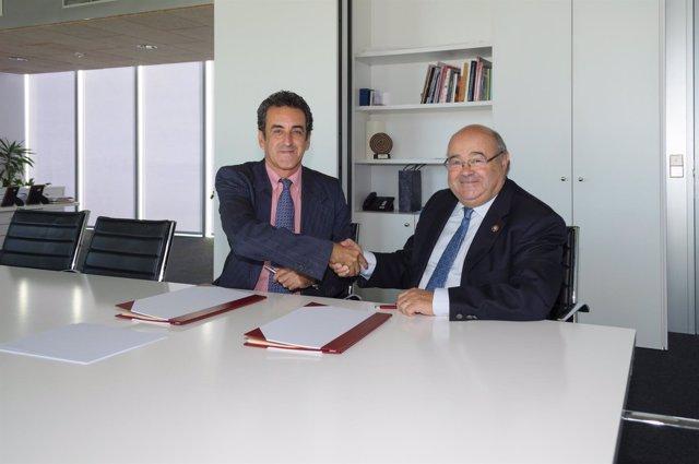 El consejero de Innovación, Industria, Turismo y Comercio con el rector de la UC