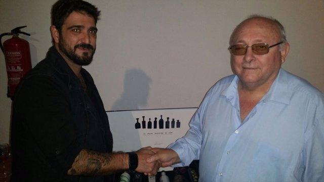 El alcalde de Carboneros, Domingo Baonilla, con Antonio Orozco