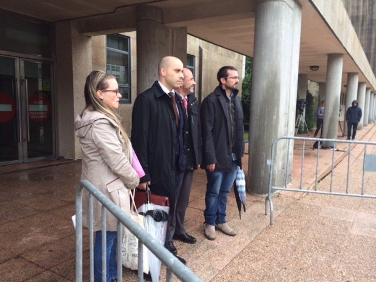 Padres de Andrea con su abogado en los juzgados