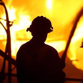 Logran controlar un incendio masivo que ha dejado cuatro muertos y unas 2.000 viviendas destruidas en California