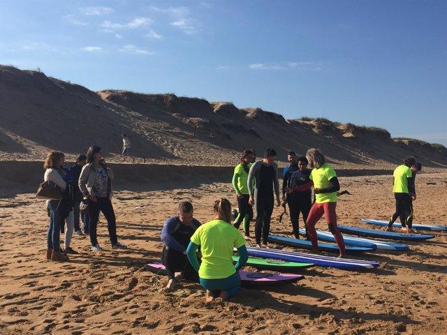 Clases de surf para jóvenes ciegos en Liencres
