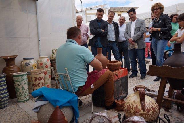 Antonio Maíllo visita la Feria Ars Olea de Castro del Río