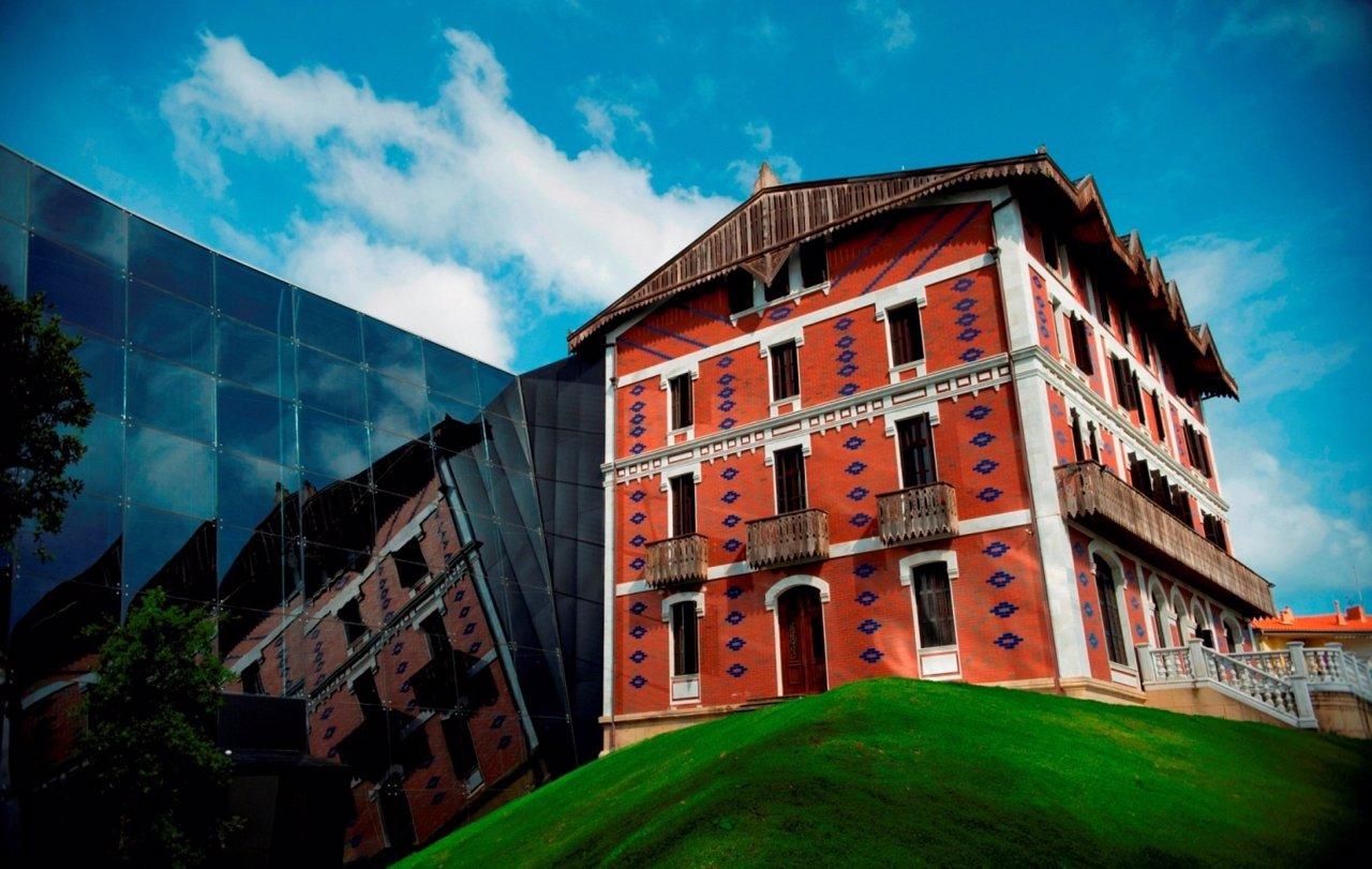 Fachada Del Museo Balenciaga