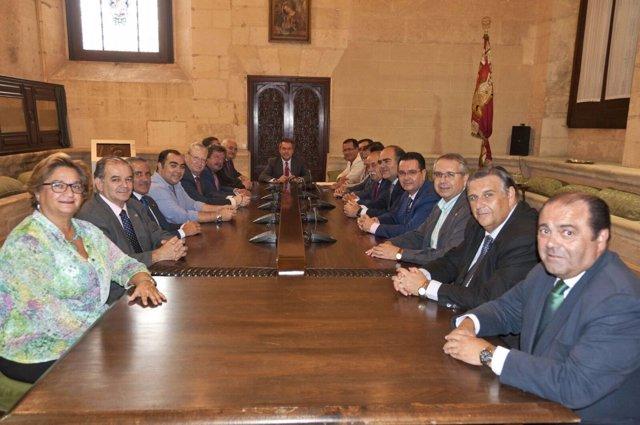 Espadas se reúne con el Consejo de Hermandades de Sevilla